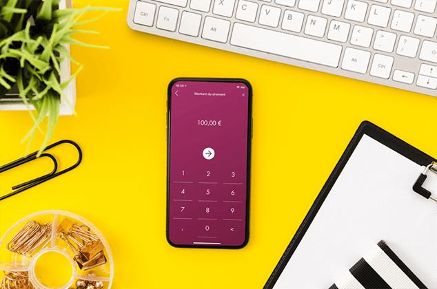 Smartphone avec demande de montant du virement bancaire